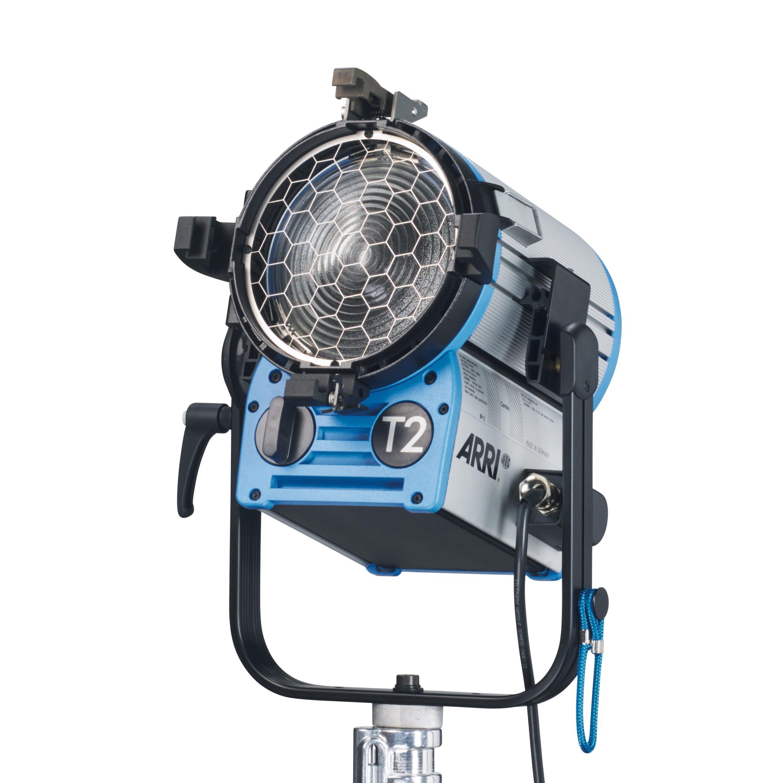 ARRI True Blue T2, MAN. 2000W, 4-Leaf Barndoor, Filterframe, inline switch, 3m cable, 28mm spigot, Blue/Silver,schuko